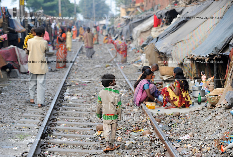 INDIA Westbengal, Kolkata, homeless people in tents at railway line / INDIEN, Westbengalen, Kolkata, obdachlose in Zelten an der Bahnlinie