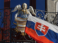 Slowakische Fahne am Rathaus am nam.SNP  in Banska Bystrica, Banskobystricky kraj, Slowakei, Europa<br /> Slovakian flag at Town hall at  nam. SNP in Banska Bystrica, Banskobystricky kraj, Slovakia, Europe