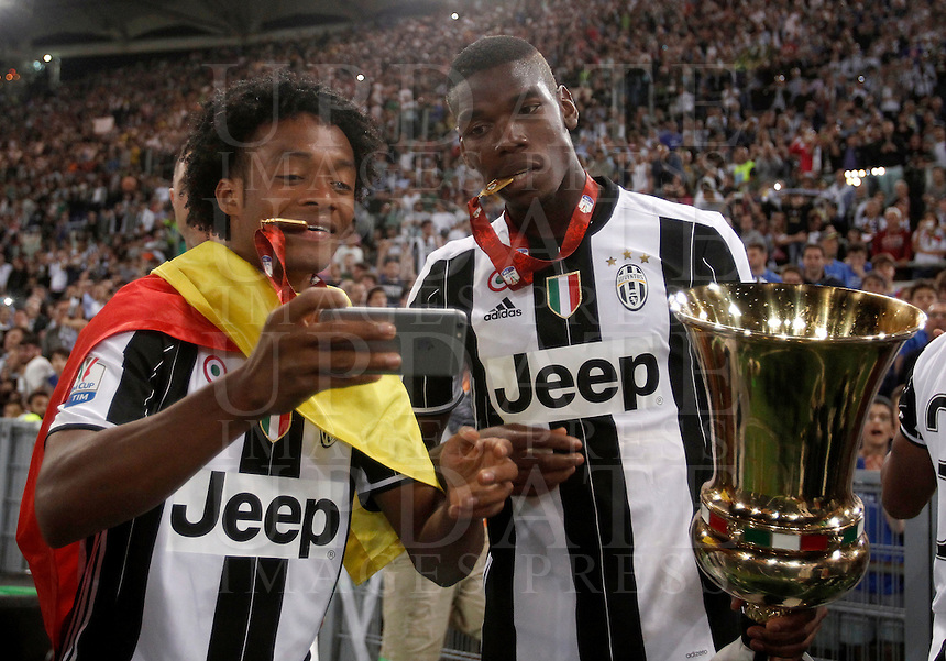 Calcio, finale Tim Cup: Milan vs Juventus. Roma, stadio Olimpico, 21 maggio 2016.<br /> Juventus' Juan Cuadrado, left, and Paul Pogba take a selfie with the trophy at the end of the Italian Cup final football match between AC Milan and Juventus at Rome's Olympic stadium, 21 May 2016. Juventus won 1-0 in the extra time.<br /> UPDATE IMAGES PRESS/Isabella Bonotto