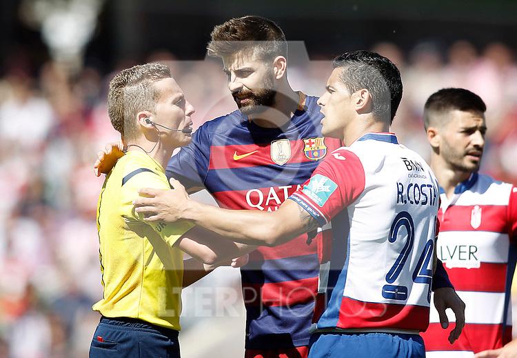 Granada's Ricardo Costa (r) and FC Barcelona's Gerard Pique have words with the Spanish referee Alejandro Hernandez Hernandez during La Liga match. May 14,2016. (ALTERPHOTOS/Acero)