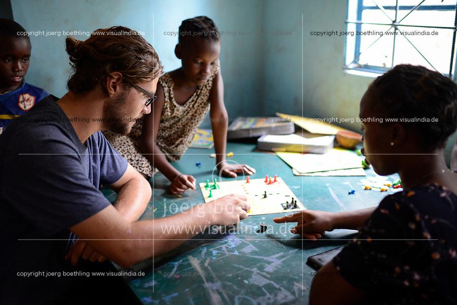 SAMBIA, Distrikt Sinazongwe, Freiwilligendienst bei KDF in Sinazese, Simon Katzmair arbeitet im KDF Jugend Zentrum, Spiele mit Kindern