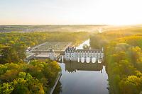 France, Indre-et-Loire (37), Chenonceaux, château et jardins de Chenonceau et le Cher le matin (vue aérienne)
