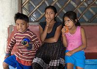 Guatemala, Kinder in Dorf am Rio Dulce