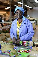 KENYA Thika near Nairobi, Simbi Roses is a fair trade rose flower farm which produces rose as cutting flowers for export to europe, packaging department / KENIA Thika bei Nairobi, Simbi Roses ist eine fairtrade zertifizierte Blumenfarm die Rosen fuer den Export nach Europa anbauen, Verpackung, Frau Wamuyu