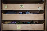 Feier zu 125 Tagen Fluechtlingspaten Syrien e.V.<br /> Der Verein hilft Fluechtlingen aus Syrien in Berlin eine neue Heimat zu finden. Die Fluechtlingspaten verpflichten sich fuer die Buergerkriegsfluechtlinge finanziell aufzukommen.<br /> Im Bild: Von Nachbarn gespendete Kleidung fuer die Fluechtlinge.<br /> 20.8.2015, Berlin<br /> Copyright: Christian-Ditsch.de<br /> [Inhaltsveraendernde Manipulation des Fotos nur nach ausdruecklicher Genehmigung des Fotografen. Vereinbarungen ueber Abtretung von Persoenlichkeitsrechten/Model Release der abgebildeten Person/Personen liegen nicht vor. NO MODEL RELEASE! Nur fuer Redaktionelle Zwecke. Don't publish without copyright Christian-Ditsch.de, Veroeffentlichung nur mit Fotografennennung, sowie gegen Honorar, MwSt. und Beleg. Konto: I N G - D i B a, IBAN DE58500105175400192269, BIC INGDDEFFXXX, Kontakt: post@christian-ditsch.de<br /> Bei der Bearbeitung der Dateiinformationen darf die Urheberkennzeichnung in den EXIF- und  IPTC-Daten nicht entfernt werden, diese sind in digitalen Medien nach §95c UrhG rechtlich geschuetzt. Der Urhebervermerk wird gemaess §13 UrhG verlangt.]