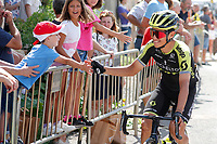 ESPAÑA, 29-08-2019: Esteban Chavez (COL - Mitchelton–Scott) salud a los fans previo a la etapa 6, hoy, 29 de agosto de 2019, que se corrió entre Mora de Rubielos y Ares del Maestrat con una distancia de 198,9 km como parte de La Vuelta a España 2019 que se disputa entre el 24/08 y el 15/09/2019 en territorio Español. / Esteban Chavez (COL - Mitchelton–Scott) shake hands with the fans prior the stage 6 today, August 29, 2019, from Mora de Rubielos to Ares del Maestrat with a distance of 198,9 km as part of Tour of Spain 2019 which takes place between 08/24 and 09/15/2019 in Spain.  Photo: VizzorImage / Luis Angel Gomez / ASO<br /> VizzorImage PROVIDES THE ACCESS TO THIS PHOTOGRAPH ONLY AS A PRESS AND EDITORIAL SERVICE AND NOT IS THE OWNER OF COPYRIGHT; ANOTHER USE HAVE ADDITIONAL PERMITS AND IS  REPONSABILITY OF THE END USER