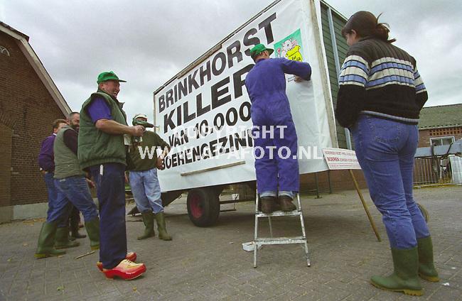 lunteren 061099  leden van het nvv maken een wagen met spandoek klaar voor een grootscheeps protest langs de snelwegen vannacht. foto frans ypma.