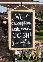 Nederland Amsterdam - 2018. De Rollende Keukens bij de Westergasfabriek. Er kan ook met cash geld betaald worden.  Foto Berlinda van Dam / Hollandse Hoogte
