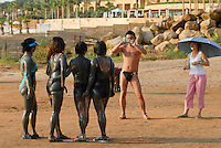 JORDASN, Dead Sea, chinese tourist in mud package at Dead Sea Spa Hotel / JORDANIEN, Totes Meer, Chinesische Touristen in Schlammpackung am Strand des Dead Sea Spa Hotel, mit Schlamm werden Hautkrankheiten wie Neurodermitis behandelt