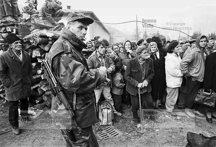 - Goradze (Bosnia-Herzegovina), Muslim enclave for long time besieged  by Serb troops;  the inhabitants of the city waiting for the first NATO convoy to break the encirclement  (January 1996)<br /> <br /> - Goradze ( Bosnia-Herzegovina) , enclave musulmana a lungo assediata dalle truppe serbe; gli abitanti della città in attesa del primo convoglio della NATO che rompe l'accerchiamento (gennaio 1996)
