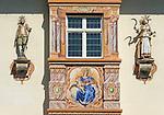 Germany, Upper Bavaria, Garmisch-Partenkirchen at Werdenfelser Land, bowfront with 2 figures of saints at town centre | Deutschland, Bayern, Oberbayern, Garmisch-Partenkirchen: Hauptort im Werdenfelser Land, Erker mit 2 Heiligenfiguren im Stadtzentrum