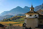 Italy, Alto Adige - Trentino (South Tyrol), Caldaro sulla strada del vino: historical wine estate Manincor located in the midst of the picturesque hills surrounding the Lake of Caldaro | Italien, Suedtirol, Kaltern an der Weinstrasse: historisches Weingut Manincor inmitten der malerischen Huegellandschaft um den Kalterer See