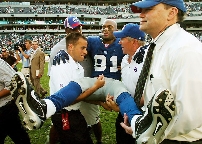 An injured New York Giants wide receiver Amani Toomer (81) is assisted off the field following the Giants 30-24 overtime victory over the by Philadelphia Eagles in a NFL game in Philadelphia, Spetember 17, 2006. REUTERS/Bradley C Bower (UNITED STATES)