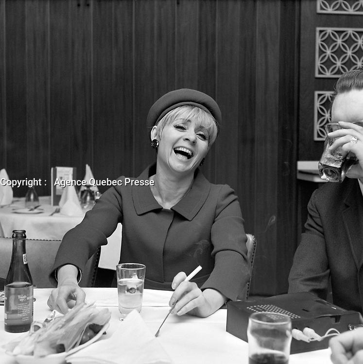 Sujet : La chanteuse française, Annie Cordy<br /> Date : Entre le 17 et le 23 avril 1967<br /> Photographe : Photo Moderne