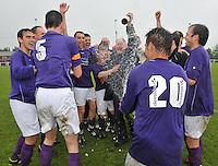 SV izegem speelt gelijk op rekkem en promoveert zo naar 3de provinciale : de spelers in vreugde samen met voorzitter Ronny Ghillemyn.foto VDB / BART VANDENBROUCKE