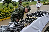 TAME - COLOMBIA - 21-07-2013: el General Sergio Mantilla, Comandante del Ejército Nacional, observa las armas incautadas a las Fuerzas Armadas Revolucionarias de Colombia (FARC), durante rueda de prensa en Tame departamento de Arauca, Colombia, julio 21 de 2013. El Presidente Juan Manuel Santos, durante consejo de seguridad en esta población, ordeno a la Fuerzas Miltares aumentar los operativos para dar con los responsables del atentado  donde al menos 15 soldados del Ejercito de Colombia murieron en un ataque de las FARC a un grupo de soldados que cuidaban el oleoducto en esta región del país. (Foto: MinDefensa / VizzorImage / Filibrto Guarnizo / Cont.). General Sergio Mantilla, Commander of the Colombian Army, observed the weapons seized from the Revolutionary Armed Forces of Colombia (FARC), during press conference in Tame department Arauca, Colombia, July 21, 2013. President Juan Manuel Santos, during the Security Council in this city, ordered the Army increase the Military operating to find those responsible for the attack in which at least 15 Army soldiers were killed for the FARC attack to a group of soldiers guarding the pipeline in this region. (Photo: Minister of Defense / VizzorImage / Filibrto Guarnizo / Cont.)