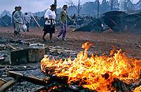 Desocupação de invasores Sem-teto de terreno da Volkswagen. São Bernardo do Campo. São Paulo. 2003. Foto de caetano Barreira.