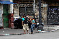 SAO PAULO, SP, 05.01.2014. (Barraco Cracolandia) Um homem e uma mulher brigam na Av Rio Branco proximo a cracolandia, o motivo seria a divisao do crack. policiais militares separaram a briga (Foto: Adriano Lima / Brazil Photo Press).