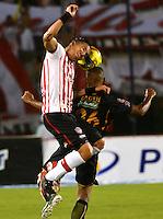 BARRANQUILLA -COLOMBIA-13-04-2013: Dayro Moreno (Izq.) jugador del Atlético Junior, disputa el balón con Fabio Rodriguez (Der.) de Itagüi durante partido en el estadio Metropolitano Roberto Melendez, abril 13 de 2013. Atlético Junior venció tres goles a dos al Itagüi en partido por la décima fecha de la Liga Postobon I. (Foto: VizzorImage / Alfonso Cervantes / Str). Dayro Moreno (L) player of Atletico Junior fights for the ball with Fabio Rodriguez (R) of Itagüi, during a match at Metropolitano Roberto Melendez stadium in Bogota, April 13, 2013. Atletico Junior won three goals to two to Itagüi in a match for the tenth date of the League Postobon I. (Photo: VizzorImage / Alfonso Cernantes / Str).
