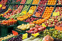 Berlino, fruttivendolo. Cassette di frutta e verdura --- Berlin, greengrocer. Boxes of fruit and vegetables