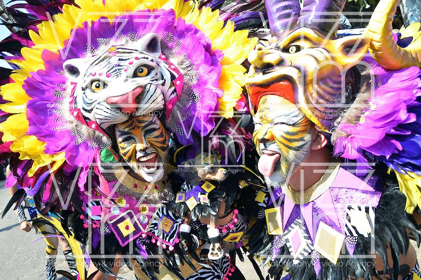 BARRANQUILLA-COLOMBIA-02-03-2014. Comparsas y carrozas y desfilaron por las calles de la ciudad en el marco de El carnaval de Barranquilla durante la Batalla de Flores. / Tipical Dancers groups and floats in the parade through the city streets as part of Barranquilla's carnival during the Battle of Flowers. Photo: VizzorImage/Alfonso Cervantes/STR