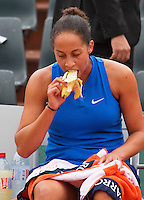 Paris, France, 01 June, 2016, Tennis, Roland Garros, Madison Keys (USA) eats a banana in her match against Kiki Bertens (NED)<br /> Photo: Henk Koster/tennisimages.com