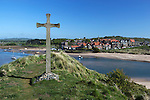 Great Britain, England, Northumberland, Alnmouth: Wooden cross above River Aln and Alnmouth