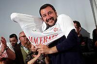 Matteo Salvini si infila la maglietta di Macerata<br /> Abbazia di Fiastra, Marche 25-05-2015 Matteo Salvini all' Abbazia di Fiastra<br /> Photo Samantha Zucchi Insidefoto