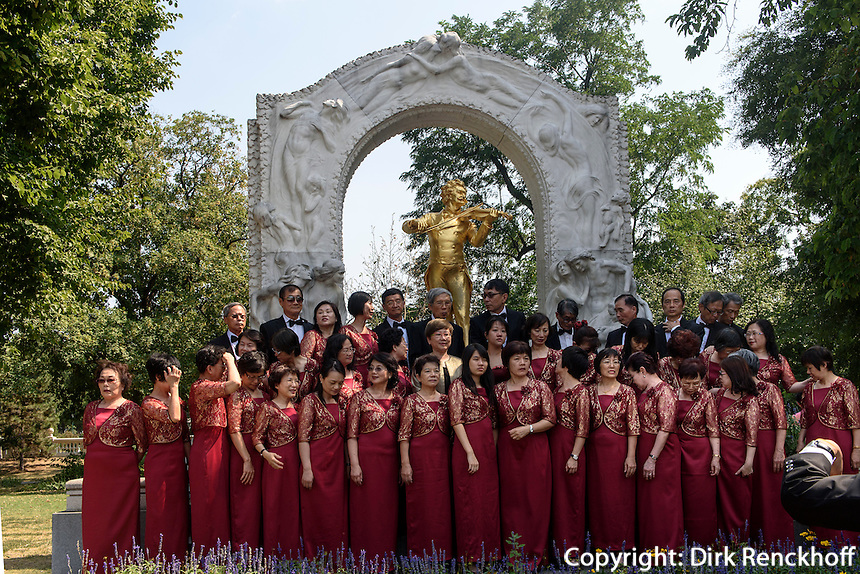 Taiwanesische Musiker vor Denkmal von Walzerkönig Johann Strauss - Sohn im Stadtpark, Wien, Österreich, UNESCO-Weltkulturerbe<br /> taiwanese musicians and Monument of Johann Strauss-son in the Stadtpark, Vienna, Austria, world heritage