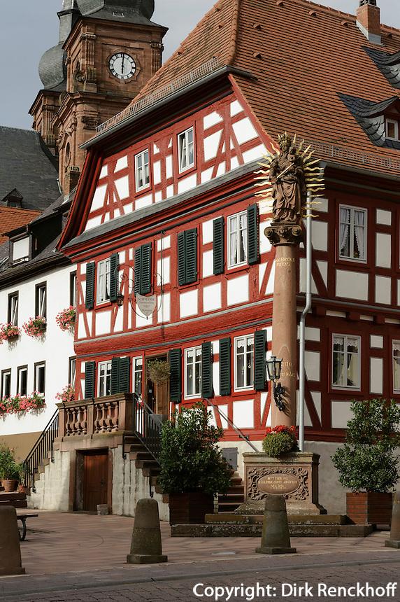 Debon-Haus und Mariensäule von 1729 in Amorbach im Odenwald, Bayern, Deutschland