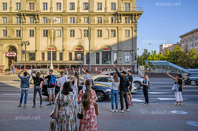 Belarus, 07.08.2020, Minsk. Präsidentschaftswahl am 9. August: Oppositionelle Jugendliche bei einem Flashmob an einer Hauptverkehrsstrasse der Innenstadt: Sie zeigen den Autofahrern die Wahlkampfsymbole Herz, Faust und V-Siegeszeichen. | Presidential elections on August 9: Oppositional youth staging a flashmob at a major throughfare in the city centre: They are showing the election campaign symbols Heart, Fist and Victory.<br /> © Denis Vejas/EST&OST