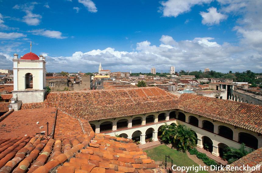 Blick vom alten Hospital in Camagüey an der Plaza San Juan de Dios, Cuba, UNESCO-Weltkulturerbe