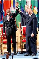 ABDOULAYE WADE & JACQUES CHIRAC. LE PRESIDENT SENEGALAIS ABDOULAYE WADE RECOIT LE PRIX FELIX HOUPHOUÀT- BOIGNY POUR LA RECHERCHE DE LA PAIX, A L' UNESCO. #