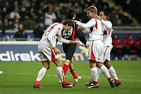 Torsch¸tze Mario Gomez wird begl¸ckw¸nscht von Thomas Hitzlsperger und Antonio da Silva (alle VfB Stuttgart)