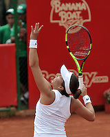 BOGOTA - COLOMBIA - 17-04-2016: Irina Falconi de Estados Unidos, sirve a Silvia Soler de España, durante partido por el Claro Colsanitas WTA, que se realiza en el Club El Rancho de Bogota. / Irina Falconi of United States, serves to Silvia Soler of Spain, during a match for the WTA Claro Colsanitas, which takes place at Club El Rancho de Bogota. Photo: VizzorImage / Luis Ramirez / Staff.