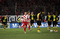Torjubel Leon Andreasen (FSV Mainz 05) daneben geschockte Dortmunder Spieler
