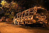 ATENCAO EDITOR: FOTO EMBARGADA PARA VEICULOS INTERNACIONAIS SÃO PAULO,SP,28 OUTUBRO 2012 - Duas lotacoes foram incendiadas  na noiteno bairro da Vila Guarani zona leste, segundo infotmacoes da Policia Militar homens armados em duas motos colocaram fogo nos veiculos estacionados ninguem ficou ferido, FOTO: ALE VIANNA -BRAZIL PHOTO PRESS).