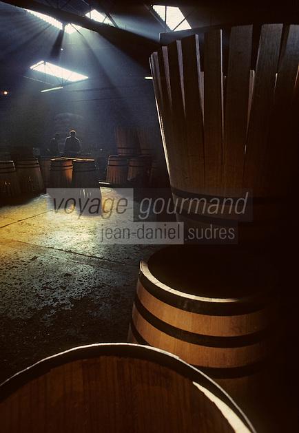Europe/France/Poitou-Charentes/16/Charente/Cognac : Tonnellerie Seguin Moreau - Cintrage<br /> PHOTO D'ARCHIVES // ARCHIVAL IMAGES<br /> FRANCE 1990