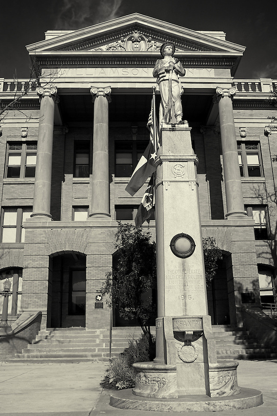 Williamson County Courthouse at Georgetown, Texas. Confederate War Memorial in front erected 1916.