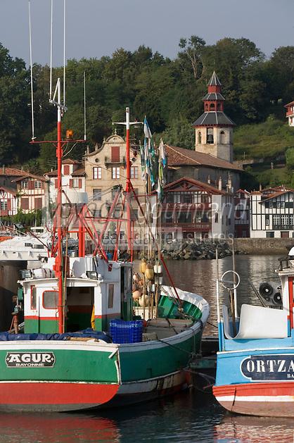Europe/France/Aquitaine/64/Pyrénées-Atlantiques/Pays Basque/Ciboure: les Thoniers du Port de pêche de  Saint-Jean-de-Luz et le village et l'église de  Ciboure