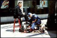 A shoeblack in the shopping street Florida.<br /> 21.10.2000, Buenos Aires<br /> Copyright: Christian-Ditsch.de<br /> [Inhaltsveraendernde Manipulation des Fotos nur nach ausdruecklicher Genehmigung des Fotografen. Vereinbarungen ueber Abtretung von Persoenlichkeitsrechten/Model Release der abgebildeten Person/Personen liegen nicht vor. NO MODEL RELEASE! Nur fuer Redaktionelle Zwecke. Don't publish without copyright Christian-Ditsch.de, Veroeffentlichung nur mit Fotografennennung, sowie gegen Honorar, MwSt. und Beleg. Konto: I N G - D i B a, IBAN DE58500105175400192269, BIC INGDDEFFXXX, Kontakt: post@christian-ditsch.de<br /> Urhebervermerk wird gemaess Paragraph 13 UHG verlangt.]