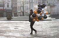 Nederland  Amsterdam - 31 december 2020.   Man met tros ballonnen op de Dam.  Foto : ANP/ HH / Berlinda van Dam