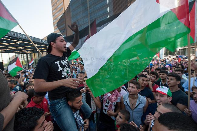 Ca. 1500 Menschen demonstrierten am Freitag den 11. Juli 2014 in Berlin auf dem Potsdamer Platz ihre Solidaritaet mit Palaestina. Viele von ihnen kamen vom traditionellen Freitagsgebet. Sie protestierten gegen die Bombardierung des Gaza-Streifens und den moeglichen Einmarsch in den Gaza-Streifen durch die Israelische Armee. Trotz aufgeladener Stimmung blieb die Kundgebung friedlich.<br /> Zu den Kundgebungsteilnehmern sprachen Bundestagsabgeordnete der Linkspartei, Gewerkschafter und muslimische Geistliche.<br /> 11.7.2014, Berlin<br /> Copyright: Christian-Ditsch.de<br /> [Inhaltsveraendernde Manipulation des Fotos nur nach ausdruecklicher Genehmigung des Fotografen. Vereinbarungen ueber Abtretung von Persoenlichkeitsrechten/Model Release der abgebildeten Person/Personen liegen nicht vor. NO MODEL RELEASE! Don't publish without copyright Christian-Ditsch.de, Veroeffentlichung nur mit Fotografennennung, sowie gegen Honorar, MwSt. und Beleg. Konto: I N G - D i B a, IBAN DE58500105175400192269, BIC INGDDEFFXXX, Kontakt: post@christian-ditsch.de<br /> Urhebervermerk wird gemaess Paragraph 13 UHG verlangt.]