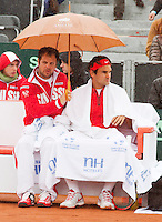 14-09-12, Netherlands, Amsterdam, Tennis, Daviscup Netherlands-Swiss,   Roger Federer is protected for the rain bin his captan Severin Luthi.