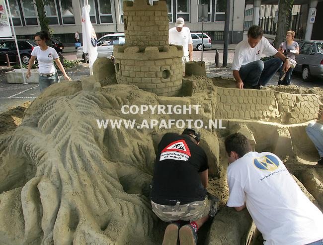 """arnhem 100905 De finale van de """"verstandvanzand""""  wedstrijd zandsculpturen bouwen. De deelnemers moesten een aantal overbenkde sprookjes uitbeelden.<br />foto; helicon opleidingen, alles op z'n plaats""""<br />foto frans Ypma APA-foto"""