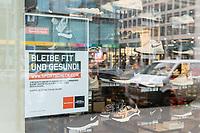 """Die Auswirkungen der Corona-Krise sind nach Inkrafttreten der Anordnung des Berliner Senats, wonach nur noch Versorgungsgeschaefte die fuer den taeglichen Bedarf notwendig sind geoeffnet sein duerfen (Lebensmittelgeschaefte, Apotheken, Drogerien, Zeitungsgeschaefte), im oeffentlichen Leben deutlich sichtbar.<br /> Im Bild: Ein Hinweisschild ueber die Schliessung am Sportkaufhaus """"Karstadt-Sport / SportScheck"""" in der Berliner Innenstadt.<br /> 19.3.2020, Berlin<br /> Copyright: Christian-Ditsch.de<br /> [NUR FUER REDAKTIONELLE ZWECKE! Werbung nur auf Anfrage beim Fotografen. Inhaltsveraendernde Manipulation des Fotos nur nach ausdruecklicher Genehmigung des Fotografen. Vereinbarungen ueber Abtretung von Persoenlichkeitsrechten/Model Release der abgebildeten Person/Personen liegen nicht vor. NO MODEL RELEASE! Don't publish without copyright Christian-Ditsch.de, Veroeffentlichung nur mit Fotografennennung, sowie gegen Honorar, MwSt. und Beleg. Konto: I N G - D i B a, IBAN DE58500105175400192269, BIC INGDDEFFXXX, Kontakt: post@christian-ditsch.de<br /> Bei der Bearbeitung der Dateiinformationen darf die Urheberkennzeichnung in den EXIF- und  IPTC-Daten nicht entfernt werden, diese sind in digitalen Medien nach §95c UrhG rechtlich geschuetzt. Der Urhebervermerk wird gemaess §13 UrhG verlangt.]"""