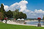 Deutschland, Bayern, Oberbayern, Chiemgau, Waging am See: Seepromenade am Waginger See, Oberbayerns waermster Badesee | Germany, Bavaria, Upper Bavaria, Chiemgau, Waging am See: located at Upper Bavaria's warmest swimming lake - the Waginger Lake, seaside promenade