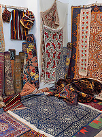 Teppichhändler in Xiva, Usbekistan, Asien<br /> carpet dealer in historic city Ichan Qala, Chiwa, Uzbekistan, Asia