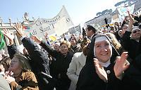 Folla di fedeli in Piazza San Pietro, Citta' del Vaticano, 20 gennaio 2008, per l'Angelus di Papa Benedetto XVI..Crowd in St. Peter's square at the Vatican, 20 january 2008, for Pope Benedict XVI's Sunday Angelus..UPDATE IMAGES PRESS/Riccardo De Luca