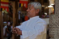 Man meditating at Kandy Buddist temple, Palast